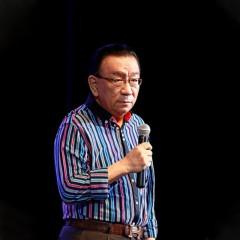 侯耀华 中国内地男演员 相声演员,北京电视台《非常接触》节目主持人 中国戏剧影视研究院副院长兼艺术总监 在相声 小品 话剧 主持等方面都有脍炙人口的表现 侯耀华